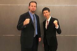 「eBASEBALL プロリーグ2019 ドラフト会議」に参加したブラッド・エルドレッド氏(左)と山根良顕さん【写真:編集部】
