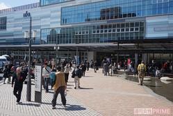 平日でも多くの観光客が訪れる熱海駅前。さびれた温泉街とは、もう言わせません!