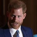 英国のヘンリー王子(左)とメーガン妃。同国ロンドンで(2020年3月5日撮影、資料写真)。(c)JUSTIN TALLIS / AFP