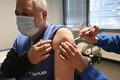 フランスでワクチン接種をする男性(2021年2月20日)