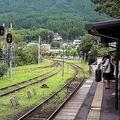湯布院駅で電車を待つ人々
