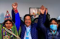 ボリビア・ラパスで会見する左派政党「社会主義運動」のルイス・アルセ氏(中央、2020年10月19日撮影)。(c)RONALDO SCHEMIDT / AFP