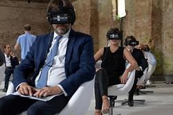 ちょっと異様な光景…VRシアター  - (C)La Biennale di Venezia