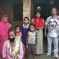インド・ダルバンガー県の村にある自宅で、写真撮影に臨むジョティ・クマリさん(写真手前)と家族ら(2020年5月23日撮影)。(c)AFP