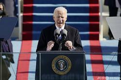 米連邦議会議事堂で行われた大統領就任式で演説するジョー・バイデン新大統領(2021年1月20日撮影)。(c)Patrick Semansky / POOL / AFP