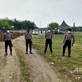 インドネシアの首都ジャカルタにある墓地で、新型ウイルスによる犠牲者の葬儀の警護に当たる、マスクを着用した警察官ら(2020年4月5日撮影)。(c)AFP/INDONESIAN POLICE