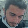 イスタンブール空港の旅券審査場を通過するトデックス創業者のファルク・ファティ・オゼル容疑者。民営デミルオレン通信が公開した監視カメラ映像より(2021年4月22日提供)。(c)Handout / Demiroren News Agency (DHA) / AFP