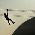 ジップラインで滑降する人(2017年9月16日撮影、資料写真)。(c)Mauro PIMENTEL / AFP