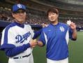 18年4月30日、日本球界復帰後初勝利を挙げ、森監督(左)に祝福される松坂