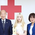 大韓赤十字社に寄付をしたテヨンさん(右から2人目、大韓赤十字社提供)=(聯合ニュース)≪転載・転用禁止≫