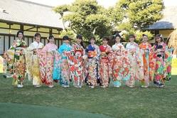 11人の女優があでやかな振袖姿を披露した。左から是永瞳さん、宮本茉由さん、井頭愛海(まなみ)さん、本田望結(みゆ)さん、吉本実憂さん、小芝風花さん、岡田結実(ゆい)さん、井本彩花さん、尾碕真花(いちか)さん、川瀬莉子さん、藤田ニコルさん