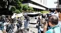 裁判所に入るピエール瀧被告が乗っているとみられる車両=東京地裁(撮影・開出牧)