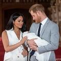 英ウィンザー城で生後間もないアーチーちゃんを抱くヘンリー王子とメーガン妃(2019年5月8日撮影)。(c)Dominic Lipinski / POOL / AFP