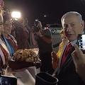 イスラエル首相妻 パン投げ物議