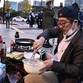 都内在住の自営業者、官邸前でパンケーキを焼く…菅首相に抗議
