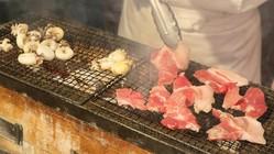 〈ホテル日航大阪〉のサマーバーベキューブッフェを体験!シェフが目の前で焼き上げるバーベキューコーナーは魅力的。