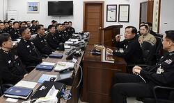 海軍制服組トップの沈勝燮海軍参謀総長が1艦隊司令部を訪問し「レーダー問題」に関する叱責とも受け止められる発言をした(海軍提供)=7日、東海(聯合ニュース)