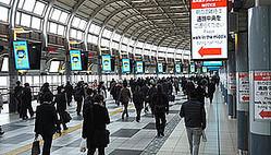 その出勤は本当に必要か?(品川駅、4月17日午前7時45分撮影)