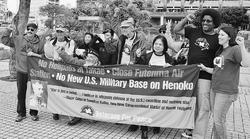 (写真)基地をつくるために大浦湾を埋め立てることは反対と訴えるVFPのメンバーら=9日、沖縄県庁前の広場