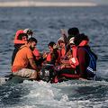 英仏海峡をゴムボートで渡って英南部ドーバーの海岸を目指す移民たち(2020年9月11日撮影)。(c)Sameer Al-DOUMY / AFP