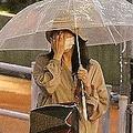 傘を差し歩くふたり。パンツスタイルで似たムード