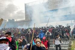 エクアドルの首都キトにある議会前で、警察の機動隊によって排除される燃料価格の高騰に抗議するデモの参加者ら(2019年10月8日撮影)。(c)Martin BERNETTI / AFP
