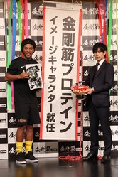 元サッカーブラジル代表のロナウジーニョ(写真左)がサプリメント「金剛筋プロテイン」のイメージキャラクターに就任