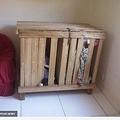 狭い木の箱に閉じ込められていた双子(画像は『The Sun 2018年7月12日付「TODDLER CAGE HORROR Three-year-old twin boys found locked inside a tiny wooden box in their home while their cruel parents went off to work」(Image: Centoral European News)』のスクリーンショット)