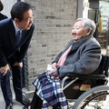 展示会場で慰安婦被害者の吉元玉(キル・ウォンオク)さんにあいさつする朴市長=28日、ソウル(聯合ニュース)