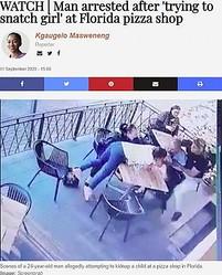 犯人の男から女児を引き離そうとする人々(画像は『TimesLIVE 2020年9月11日付「WATCH | Man arrested after 'trying to snatch girl' at Florida pizza shop」(Image: Screengrab)』のスクリーンショット)