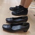 手前がドコモのヒール高3.5センチメートルの靴