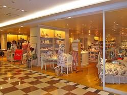 ローラ・アシュレイの店舗。 あのピンク基調の「ポップな花柄」が2年ぶりに帰ってくる