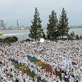 NYで開催された白い服を着た人が集まるイベント 途中から大雨
