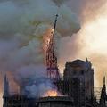 火災が発生したパリの観光名所ノートルダム寺院で、崩れ落ちる尖塔(2019年4月15日撮影)。(c)Fabien Barrau / AFP