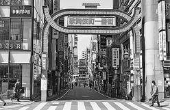 (写真)緊急事態宣言後の人影がまばらな歌舞伎町=東京都新宿区