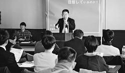 (写真)若者を前に、共産党がめざす日本社会を生き生きと語り、入党を呼びかける小池書記局長=30日、名古屋市中区