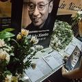 ノーベル平和賞受賞者、劉暁波氏の死去を受け、中国・香港の中央政府駐香港連絡弁公室に設けられた記帳台を訪れた男性(2017年7月13日撮影)。(c)AFP=時事/AFPBB News