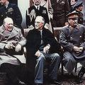 チャーチル(左)・ルーズヴェルト(中)・スターリン/1945年ヤルタ会談(Wikimedia Commons)
