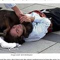 演技で倒れこむ俳優に駆け寄る野良犬(画像は『I Heart Intelligence.com 2020年9月15日付「Stray Dog Interrupts Performance To Help Actor Pretending To Be Hurt」(Image credit: İzmit Belediyesi)』のスクリーンショット)