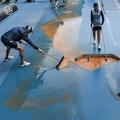 全豪オープンテニス4日目。前夜に降った雨の影響で汚れたコートを清掃する作業員(2020年1月23日撮影)。(c)William WEST / AFP