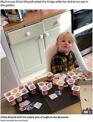 18個ものヨーグルトを10分で平らげてしまった女児(画像は『The Sun 2019年10月18日付「DADDY DAY SCARE 'Mischievous' girl, 3, eats 18 yoghurts after dad leaves her alone in kitchen for 10 minutes」(Credit: Kennedy News and Media)』のスクリーンショット)
