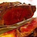 ローストビーフと簡単ソースの作り方をご紹介。オーブンやフライパンを使って、1時間半ほどでできますよ。