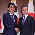 会談を行った文大統領(右)と安倍首相=26日、ニューヨーク(聯合ニュース)