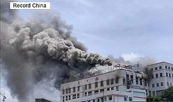 貴州省消防当局によると、同省貴陽市内にある貴陽南明老乾媽風味食品有限責任公司の倉庫で18日、火災が発生した。同社は6日にも工場で出火し、加熱器を連続爆発させる事故を出していた。写真は6日の火災の様子。