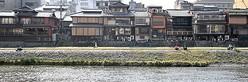 カップルの姿がほとんど見られなくなった鴨川河川敷(8日午後3時22分、京都市)