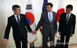 会談前に記念撮影する韓米日3カ国の国防相=17日、バンコク(聯合ニュース)