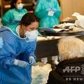 スペイン・バルセロナで、医療施設に転用されたホテルで新型ウイルス感染者の対応に当たる医療従事者ら(2020年4月2日撮影)。(c)PAU BARRENA / AFP
