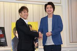 井上尚弥(左)は俳優の藤原竜也と対談した【写真:浜田洋平】