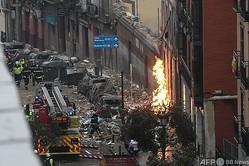 スペイン・マドリードで、爆発が起きた建物周辺で活動する消防隊員(2021年1月20日撮影)。(c)OSCAR DEL POZO / AFP
