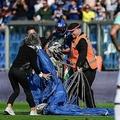 19-20イタリア・セリエA第8節、サッスオーロ対インテル。パラシュートでピッチに降り、警備員に取り押さえられる侵入者(2019年10月20日撮影)。(c)Miguel MEDINA / AFP